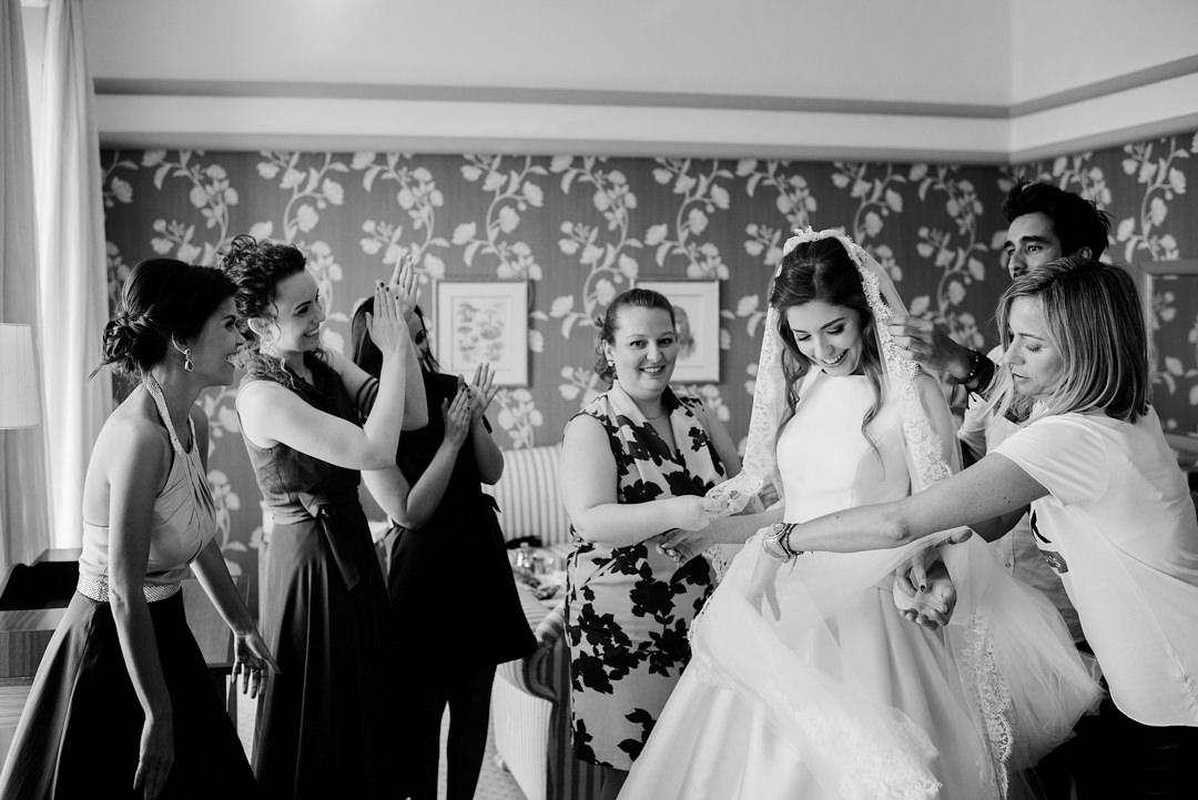 amigas vestem noiva
