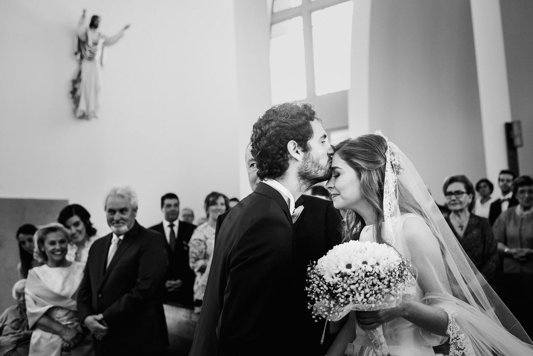 noivo beija noiva durante cerimónia