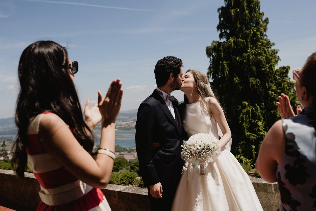 beijo e aplausos no casamento