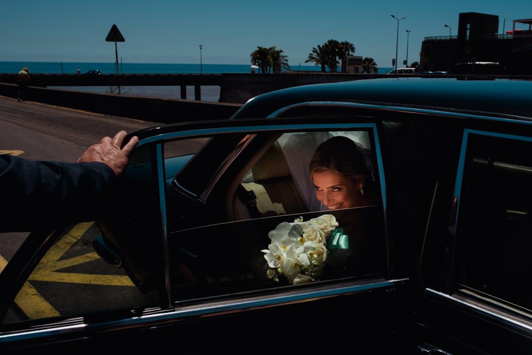 noiva sai do carro para cerimonia